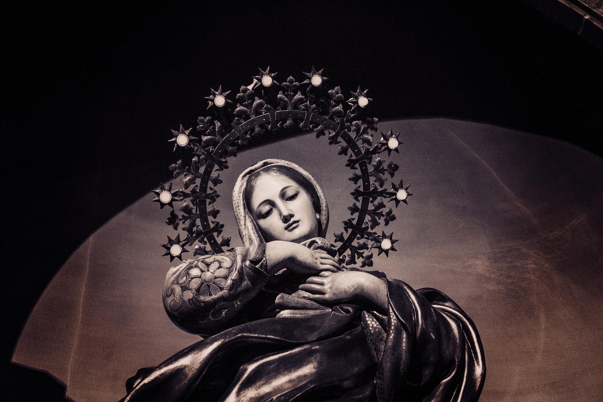 Queen-of-Heaven-crowned-in stars