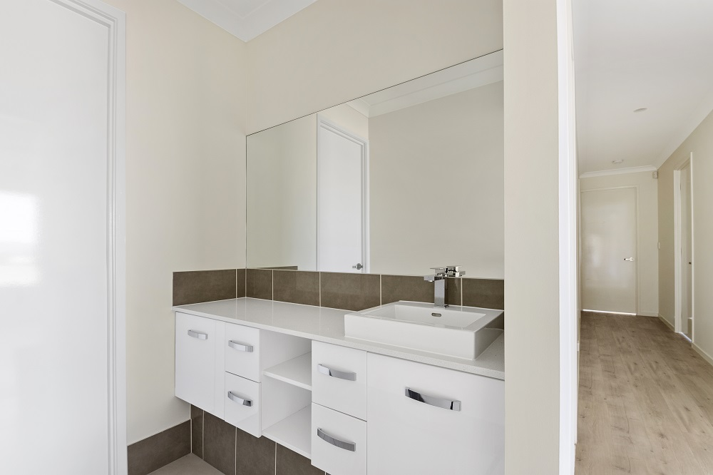 Washroom to Main Bathroom.jpg