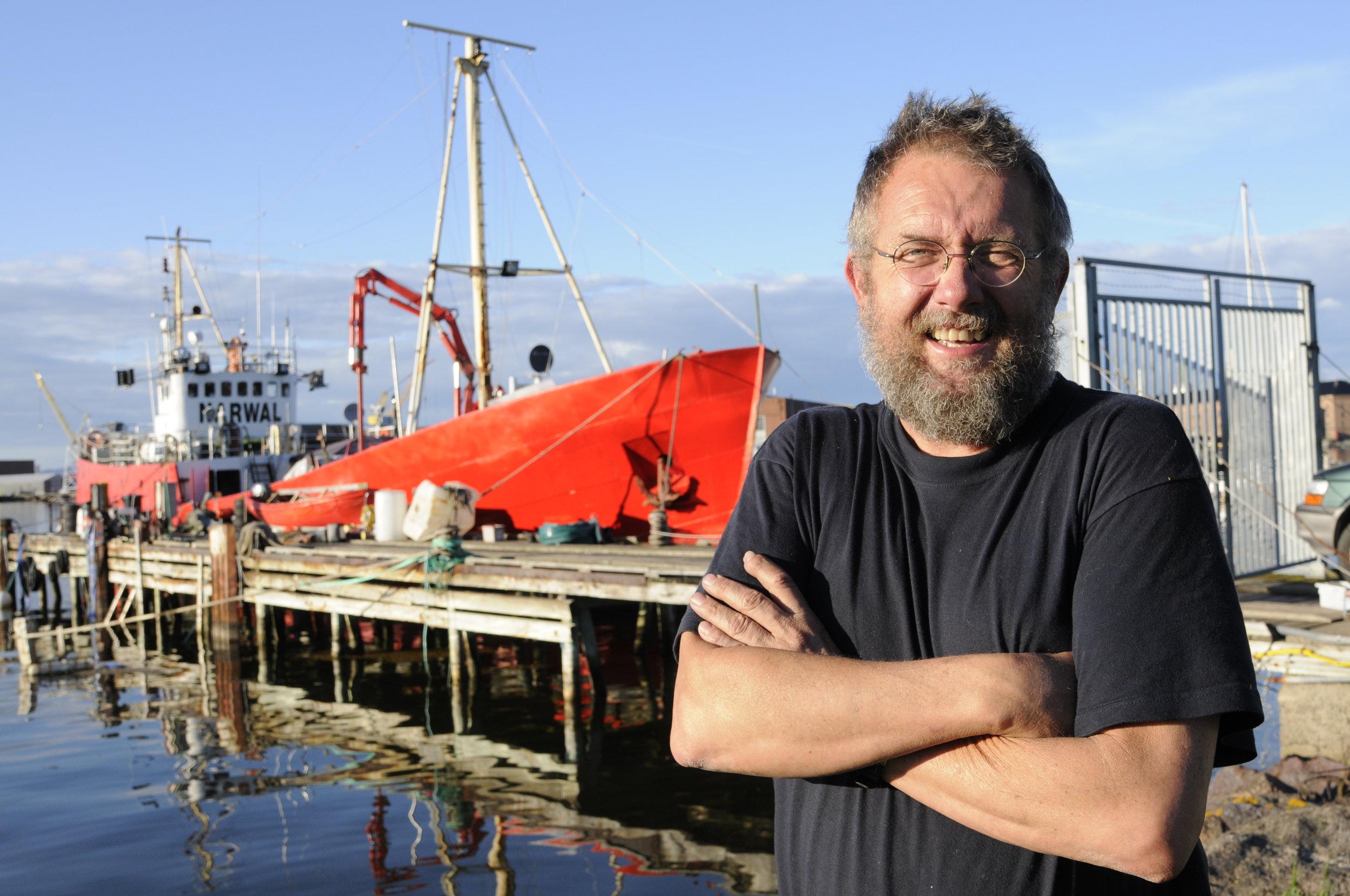 Maskinsjef, skipper og altmuligmann synes livet er skjønt. Skulle Alex De Vreught ønske seg noe mer her i livet, må det være et godt fortøyningssted for familieboligen – hvalbåten Narwal.
