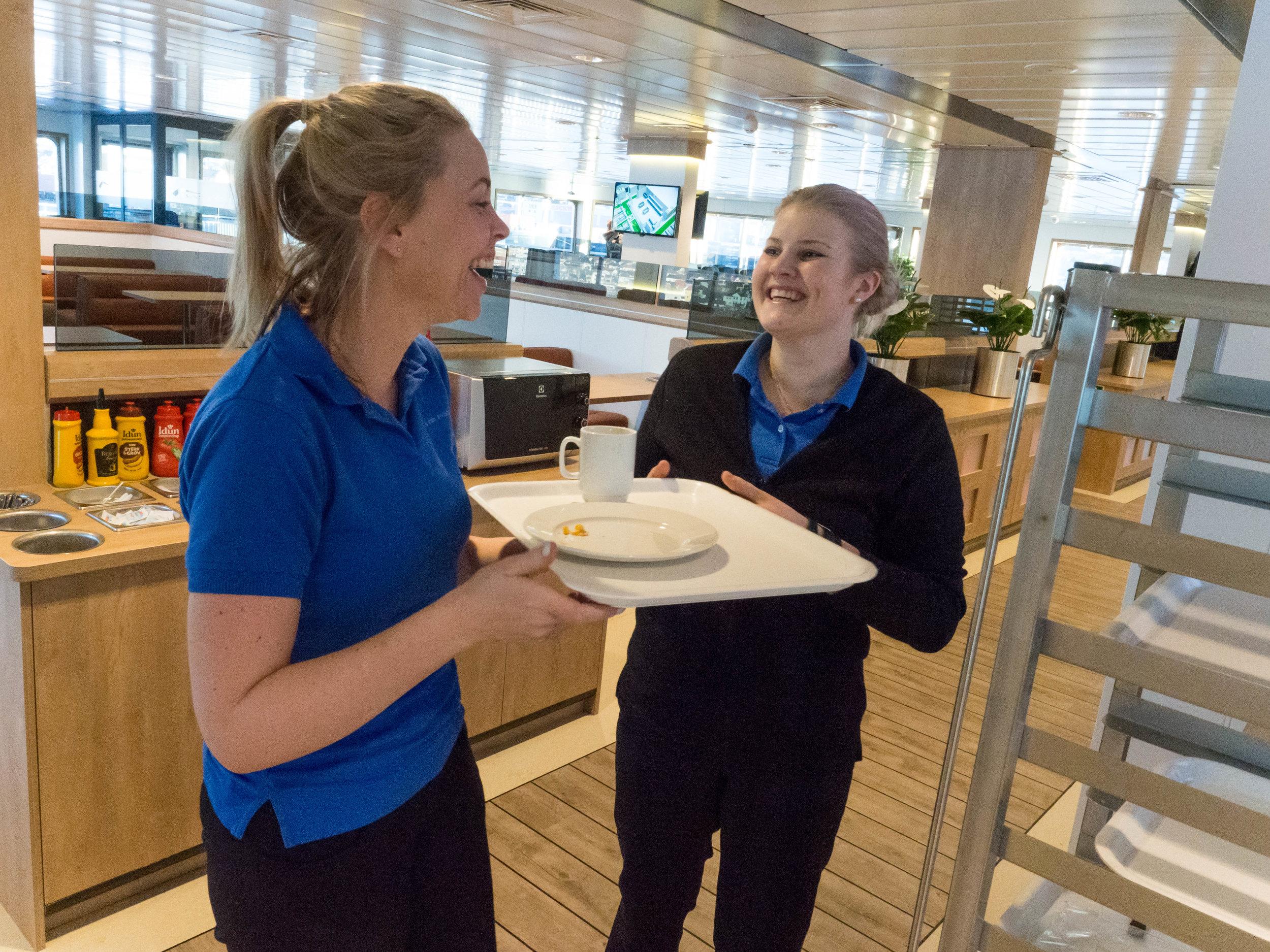 STILLE: Kristin Torstensen fra Moss (til venstre) og Carina Michelle Kvamme Eldstad fra Sande har sin andre arbeidsdag om bord. – Vi må lete etter det meste, så det passer bra at det er rolige dager, istemmer kollegaene.