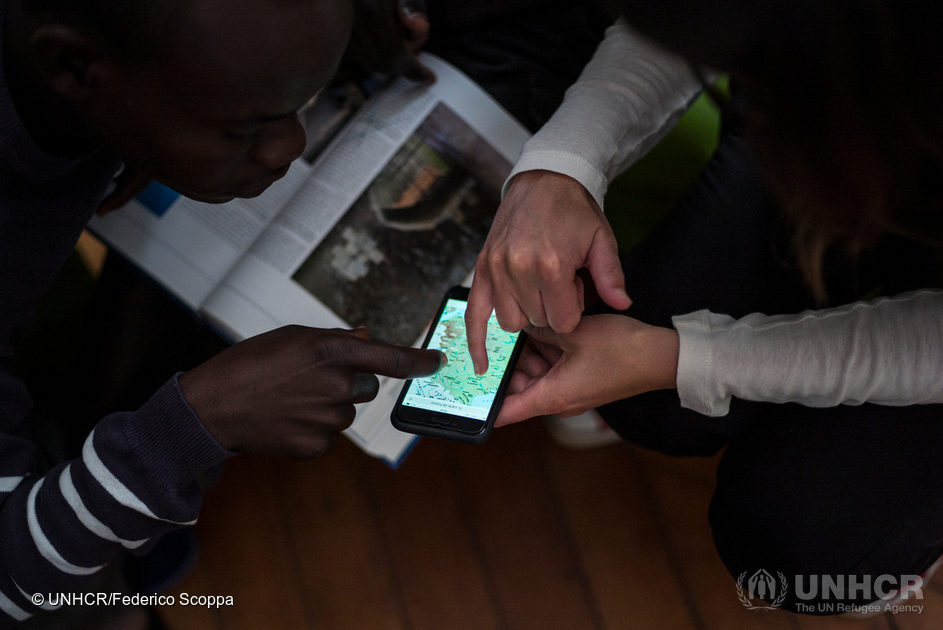 Refugees on the move using mobile technology in France
