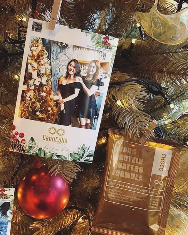 [Gemit ft. 品牌]- Capricolla  聖誕主題邊框&用滿滿熱騰騰印出的相片裝飾著聖誕樹🎄好喜歡❤️ . #是照片也是裝飾 #聖誕氣氛 #主題配合 #xmasdecor #xmasthemed #capricolla #goodshots #proteinshake #brandevent #igprinter #chicas #ladiesfun #eastendbar #taipeiparty  #eventtools #eventideas #goodmoments #selfies #snap #bartender  #taipeievent #cocktail #eventprinting #capricollaxmas #xmasdecor #xmasevent #branding #marketingtools #taipeibars #hightea