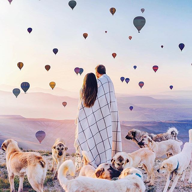 @hobopeeba 的攝影作品都像是施了魔法了般,領我們進入愛情這奇幻的旅程。想要不一樣的婚紗照一定要朝聖一下🙌 . ——————————————— - Gemit's pick 井好欣賞時光 . Repost from @hobopeeba Beautiful morning in Cappadocia, Turkey / Утро в Каппадокии. Models: @ardazzor @gizemzzor . Собачек там много развелось 🙈