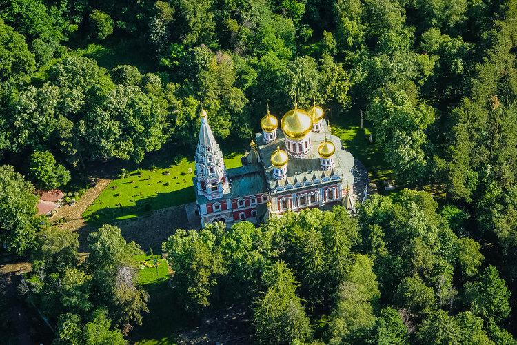 Златните кубета на руската църква в гр. Шипка