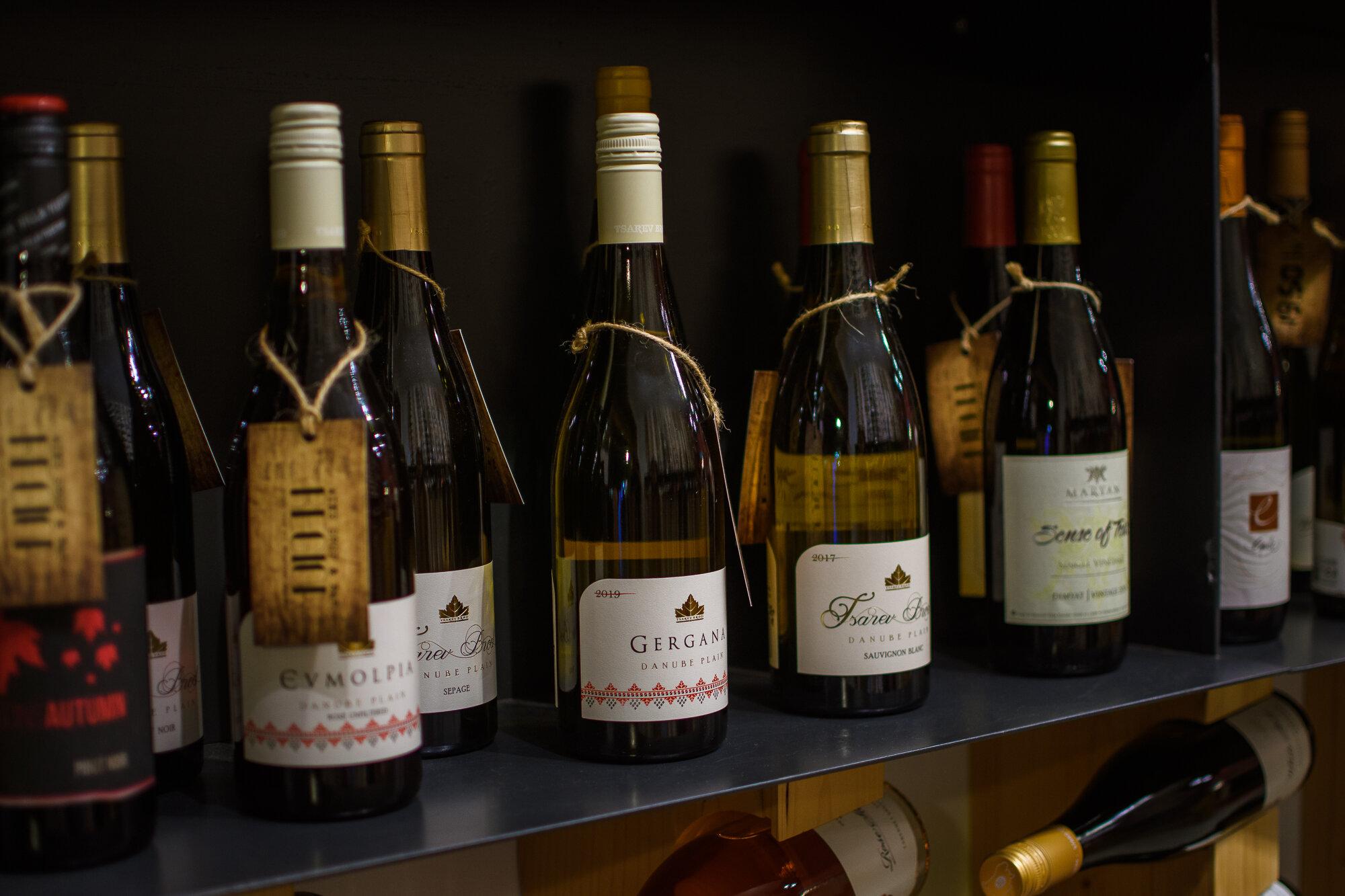 Вината ог колекцията на винарска изба Царев Брод във винен бар Регион