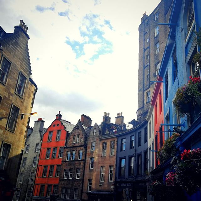 Amazing landscapes, live music in the pubs every night, wild nature. These are some of the reasons that made our Passenger Ilaria go on a great trip to Scotland with her friend, Stefania. Colourful buildings, beautiful landscapes and a lot of flavour are what you should expect from this memory. ⠀ ⠀ Read Memory: Link in our bio