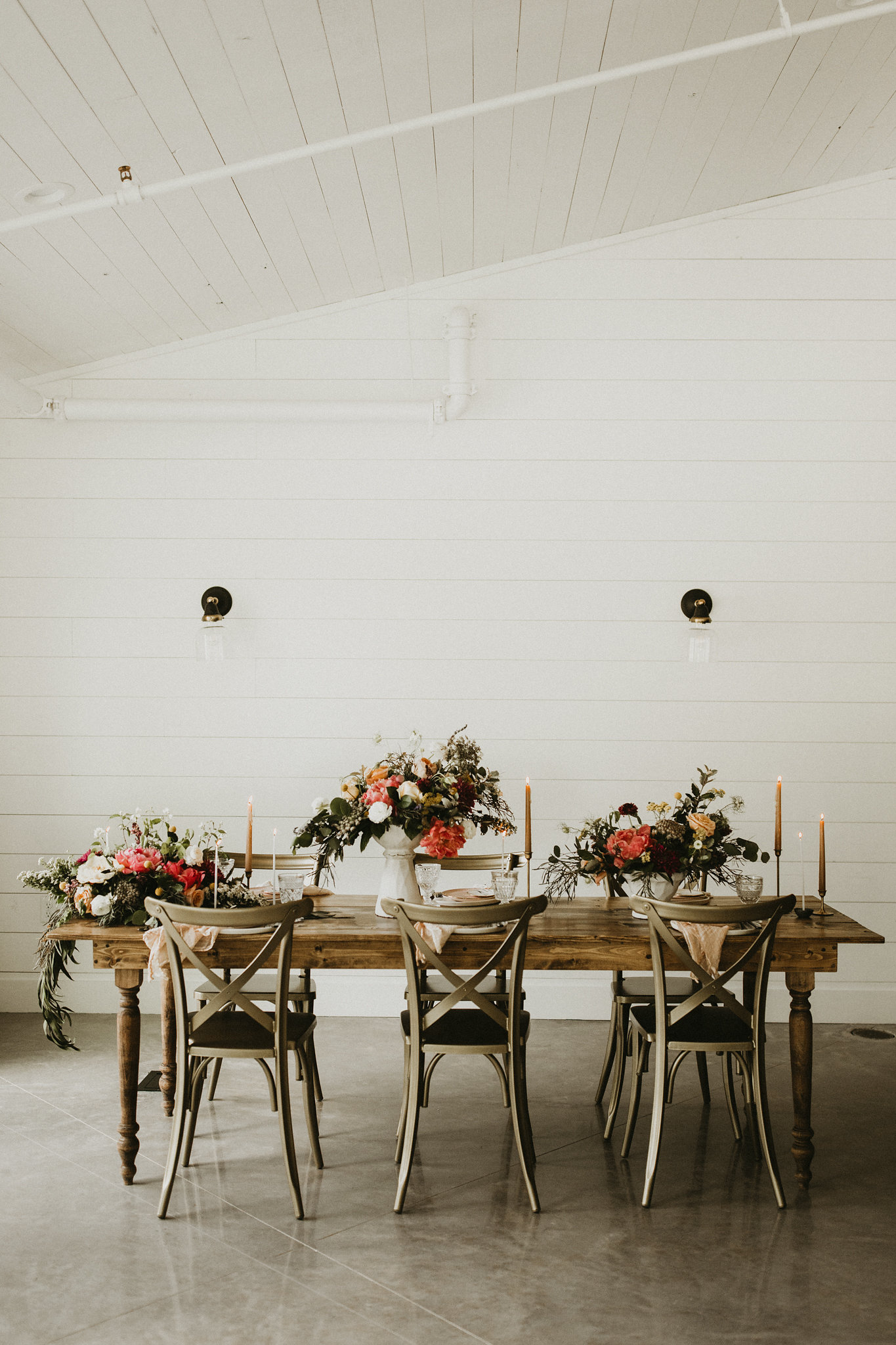 colorful wedding tabletop design - meekermark wedding venue - epoch co wedding planner