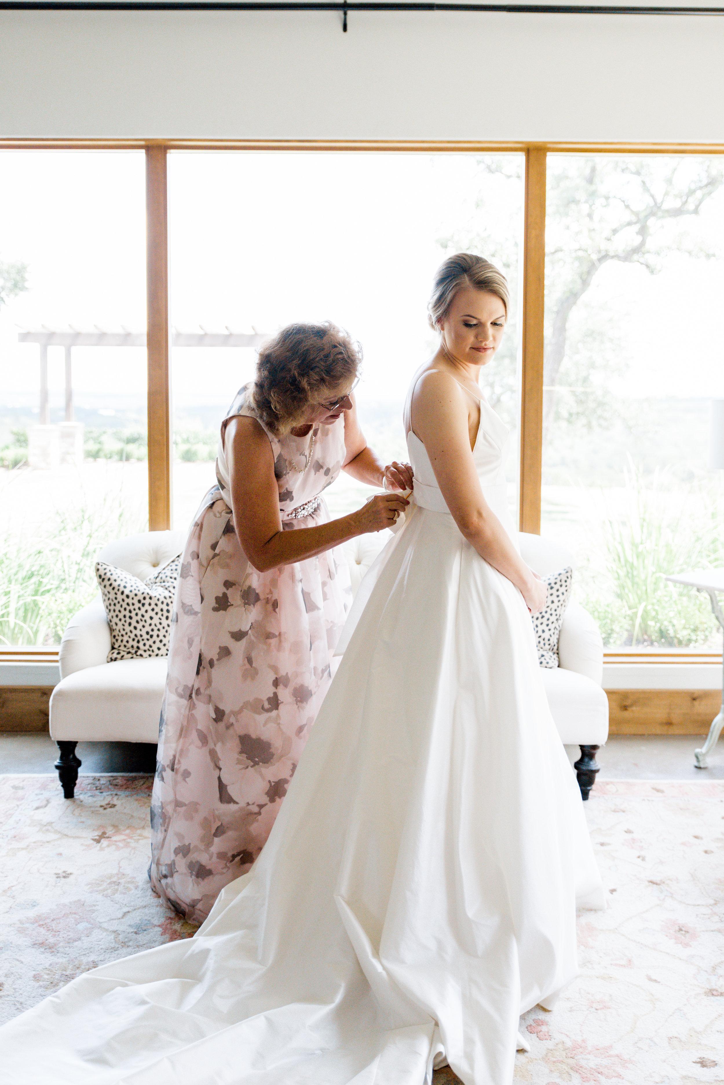 bride mom getting ready image texas austin wedding planner coordinator epoch co erin elizabeth photography canyonwood ridge