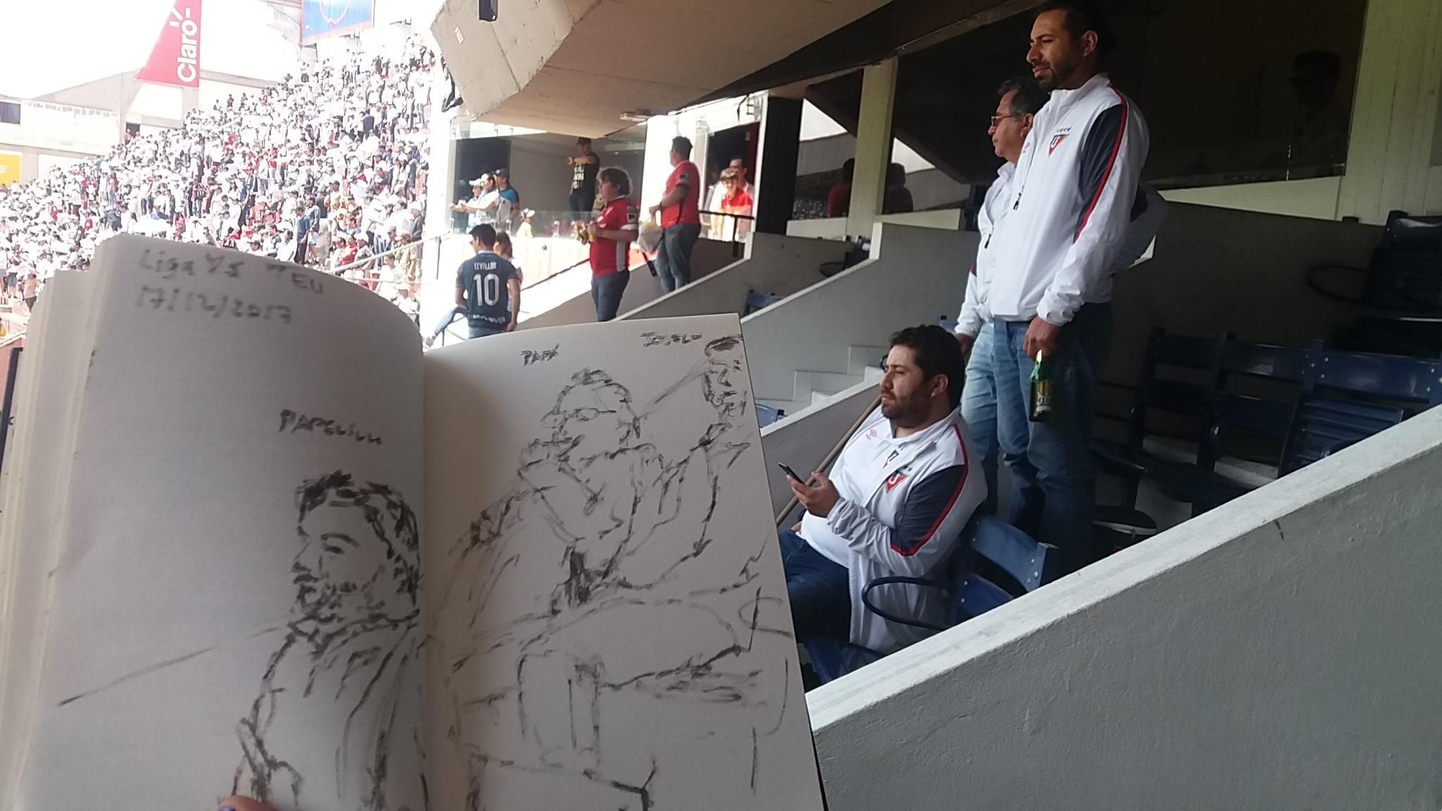 Mi papá y mis hermanos en el estadio de Liga /  My dad and my brothers in the stadium of Liga
