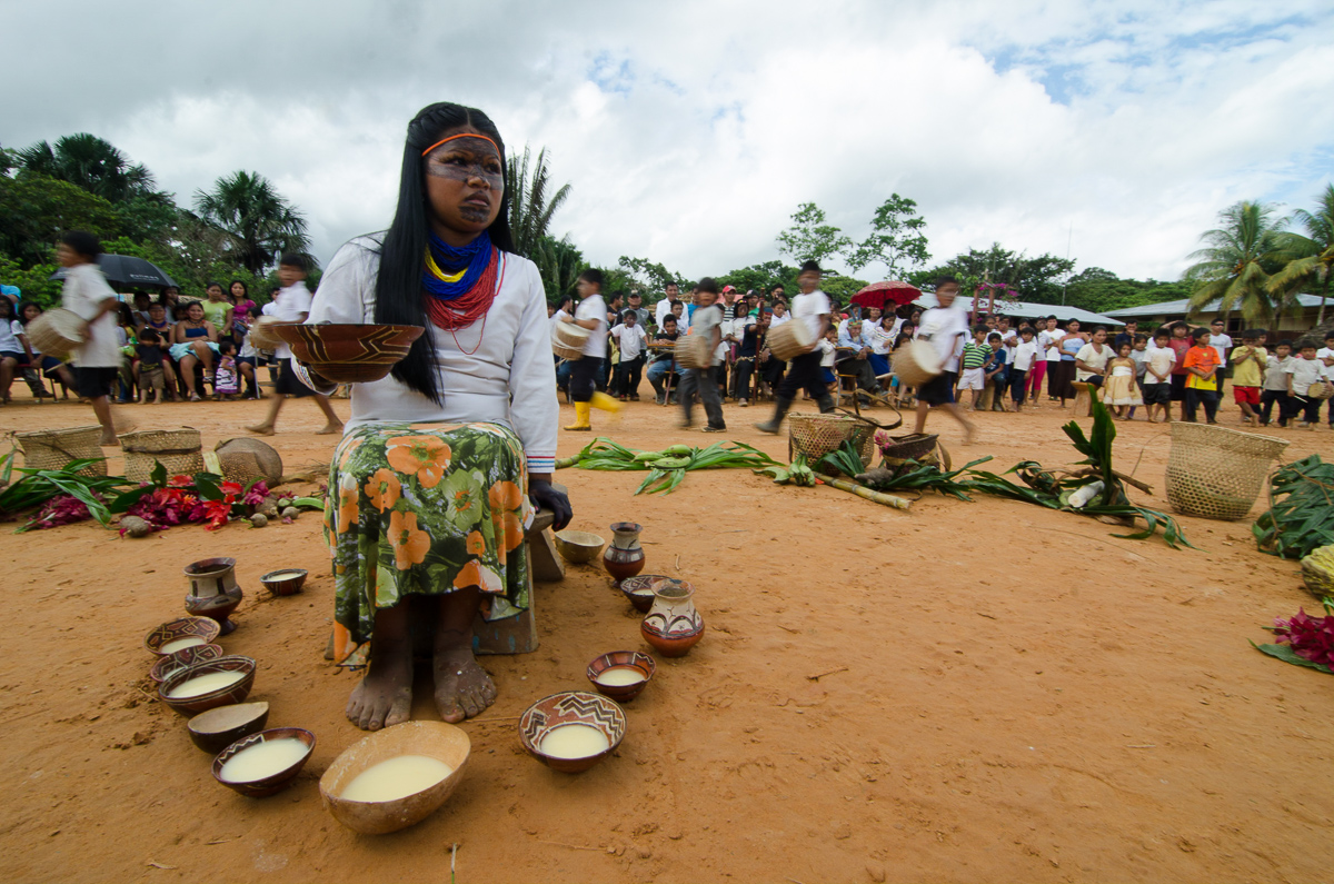 Comunidad Sarayaku, de / Sarayaku communty, from: http://scholarships.travel/photo15/pachamama-celebration-in-sarayaku