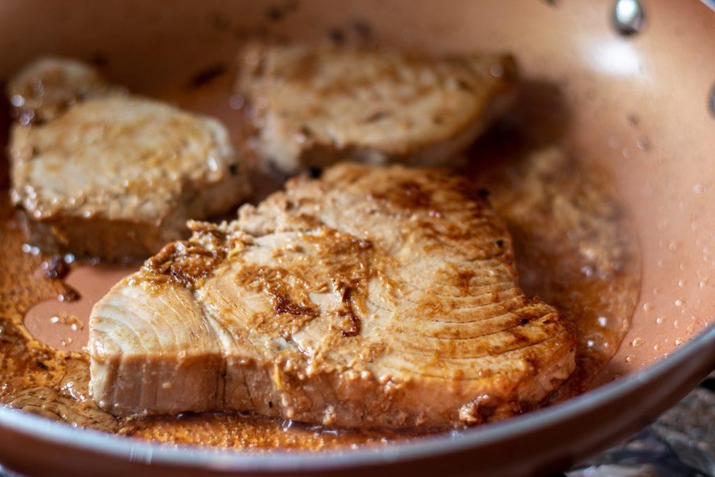 El resto del marinado debe volverse espeso y un poco pegajoso ya que se carameliza.