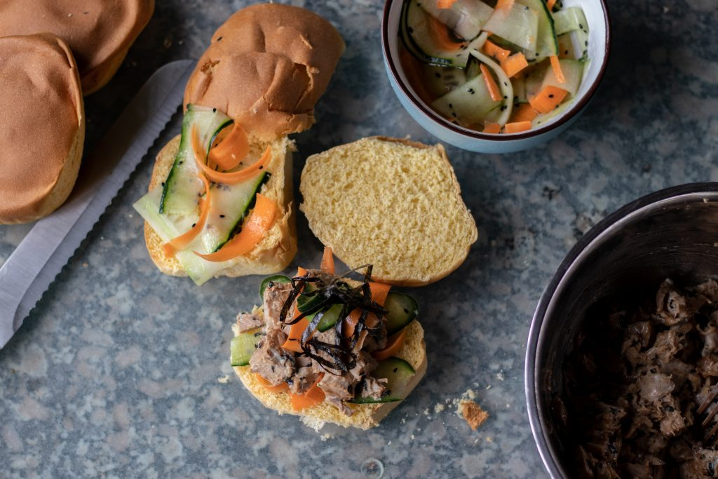 Corta los bollos de brioche por la mitad y coloca una capa de tus verduras, ensalada de atún, más verduras, y listones de nori en la parte superior de la mitad inferior del pan y encima de la otra mitad.