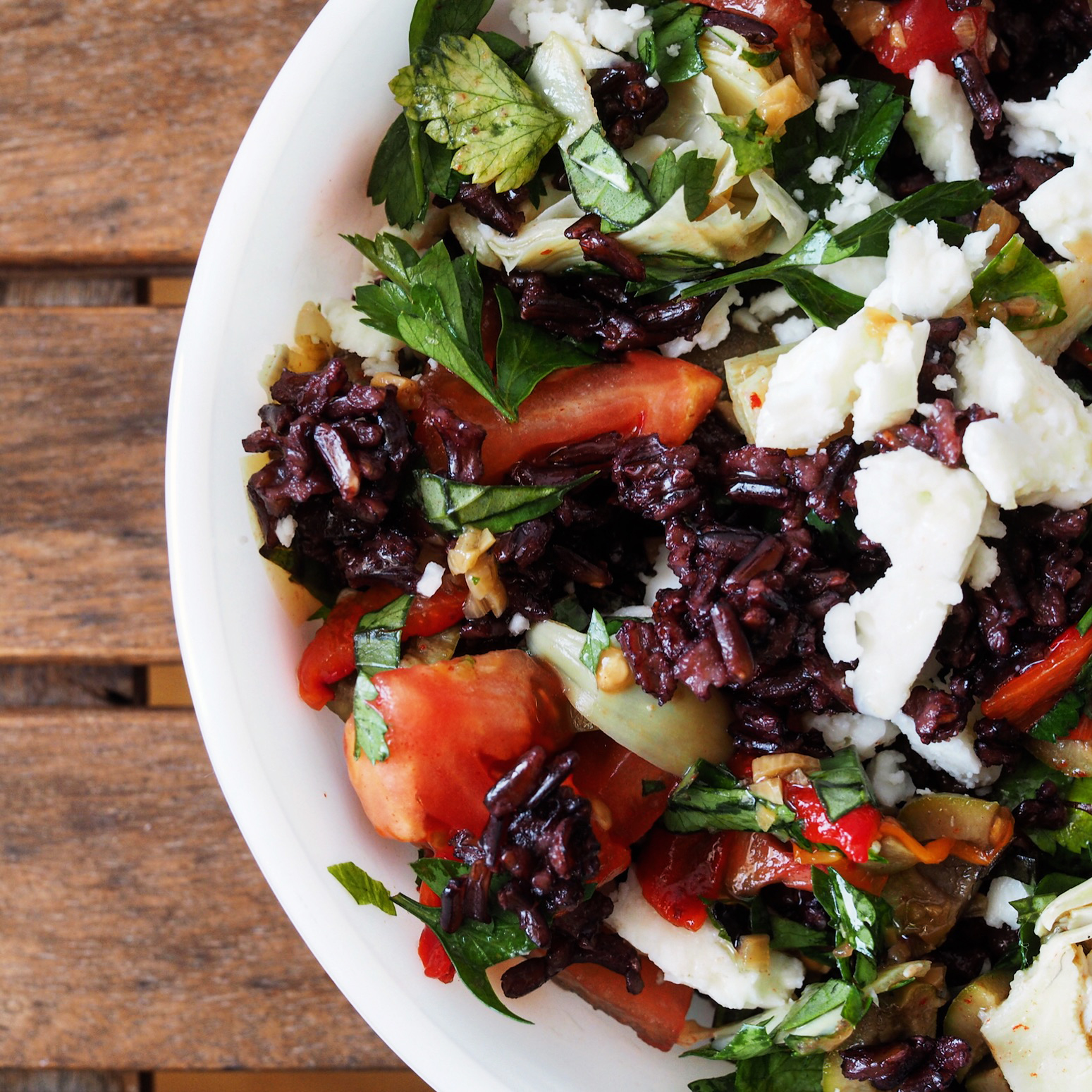 Buzdolabındaki malzemeleri birleştirerek farklı tahıl salataları yapmak çok basit; haşlanmış siyah pirinç, domates, enginar kalbi, peynir, zeytin ve maydanoz.