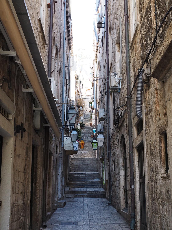 Ara sokaklardan dimdik merdivenleri çıkınca surların dışına çıkmış oluyorsunuz.