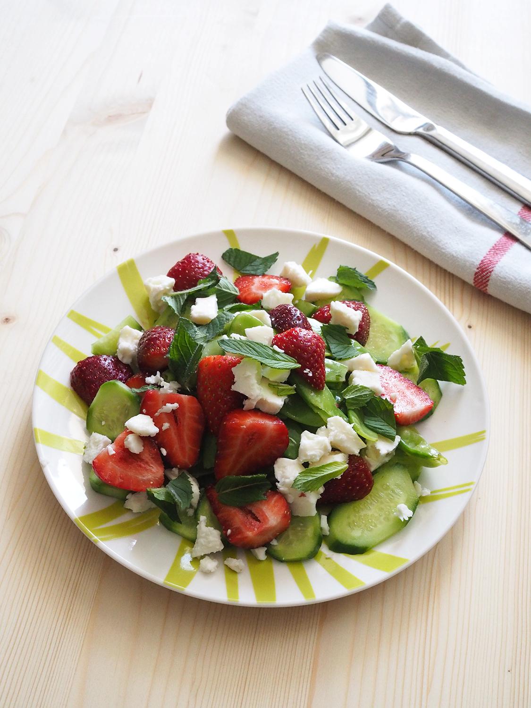 Yaz ferahlığı; sultani bezelye, çilek, salatalık, taze nane, beyaz peynir. Beyaz şarap sirkesi ile.