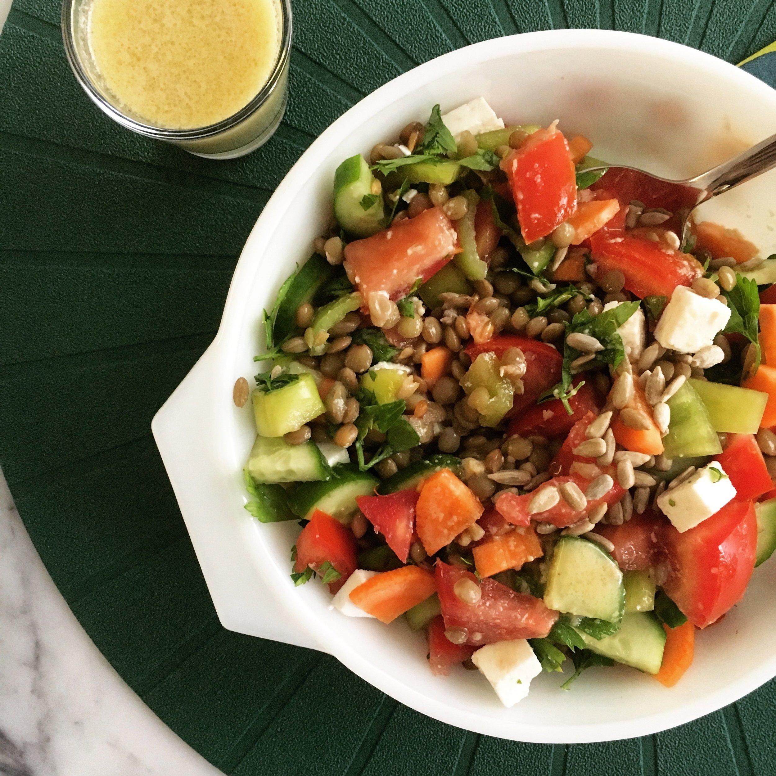Az yeşillik bol baklagil; mercimek, domates, salatalık, havuç, beyaz peynir, ay çekirdeği, maydanoz. Ballı hardallı sos ile.