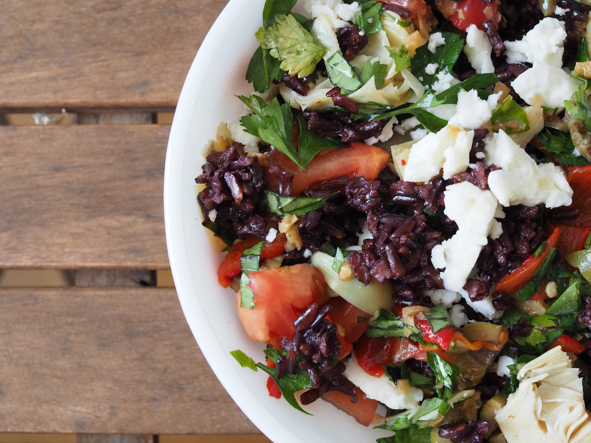 Pilav yiyip kendini iyi hissetmek; siyah pirinç, enginar kalbi, çeri domates, beyaz peynir, maydanoz. Balsamik sirkeli sos ile.