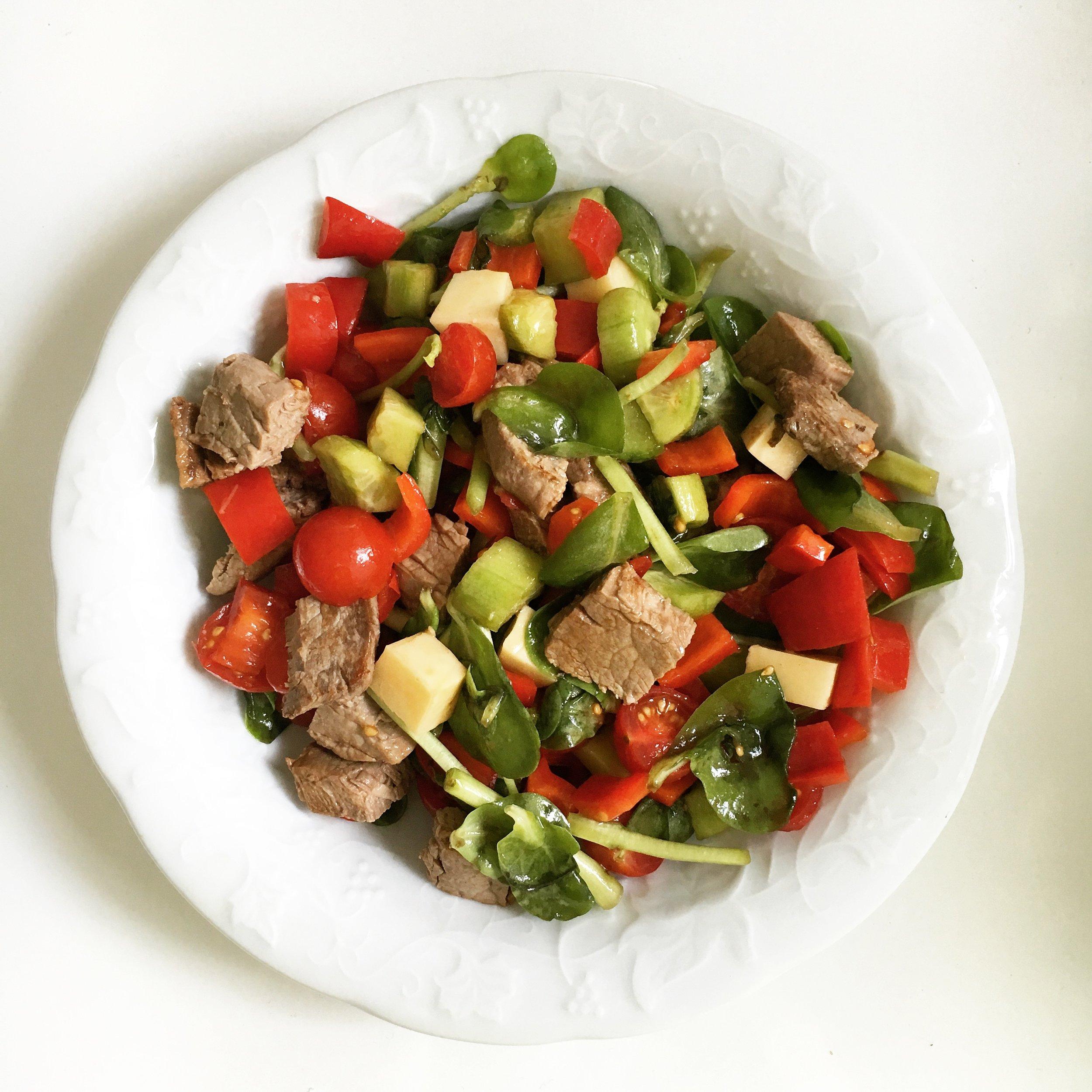 Buzdolabını boşalt; ızgara et parçaları, semizotu, çeri domates, salatalık, kapya biber, çedar peynir küpleri, semizotu.Limon ve zeytinyağı ile.