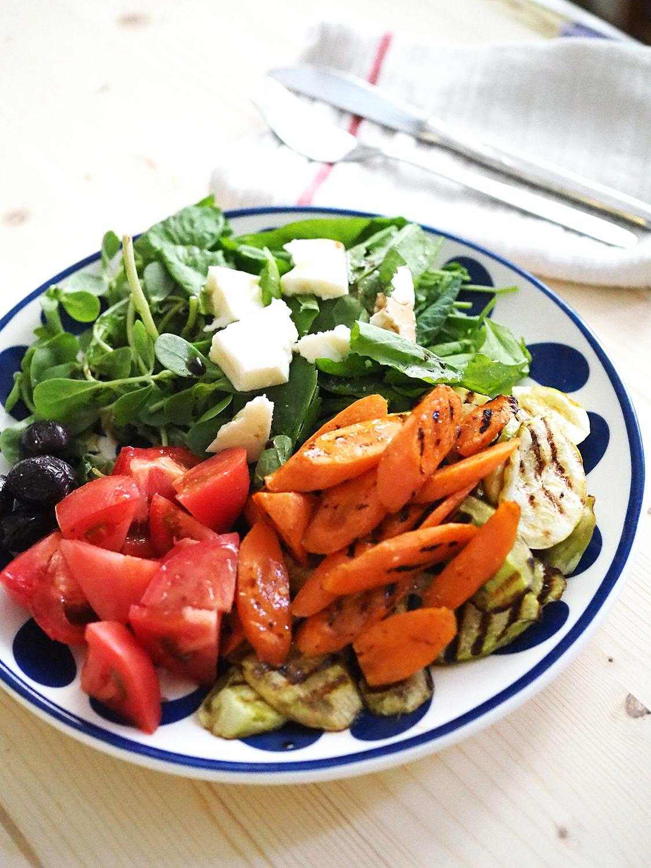 Hafif ve besleyici; ızgara havuç ve kabak, pembe domates, semizotu, marul, siyah zeytin, beyaz peynir. Balsamik sos ile.