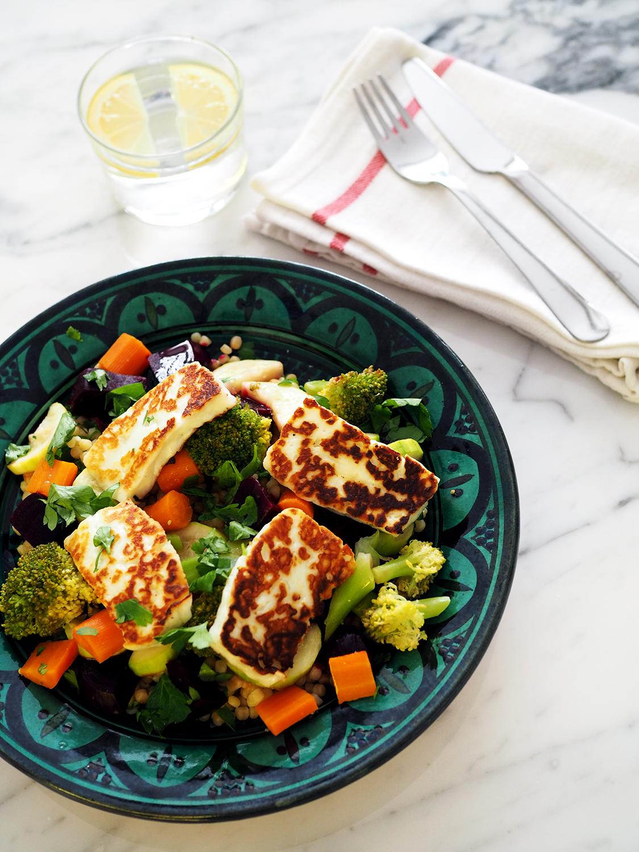 İlla marula gerek yok; haşlanmış sebzeler, ızgara hellim peyniri ve biraz kuskus. Zeytinyağı ve limon ile.