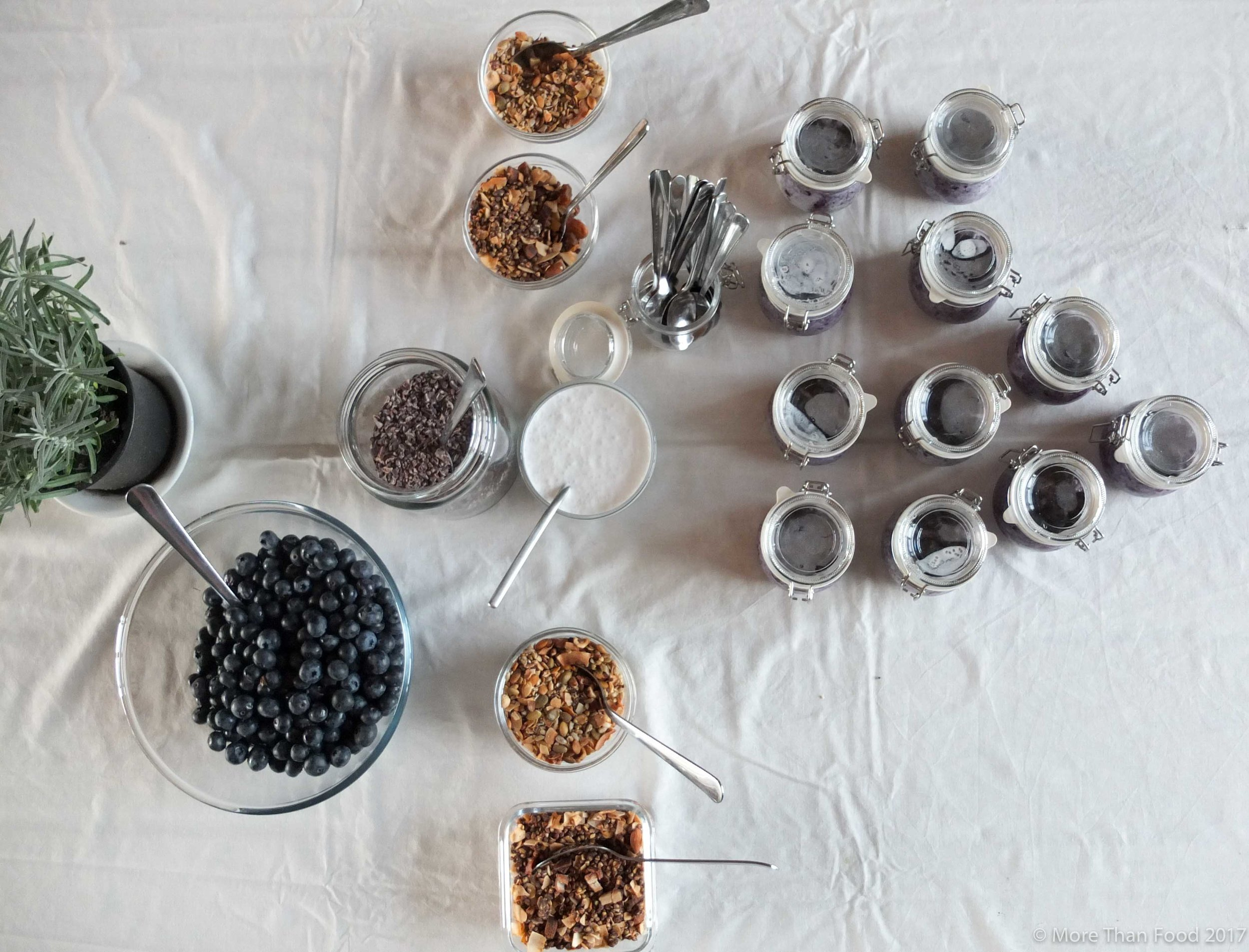 Ontbijt: chia pudding met bosbessen, Xavies suikervrije granola en kokosroom