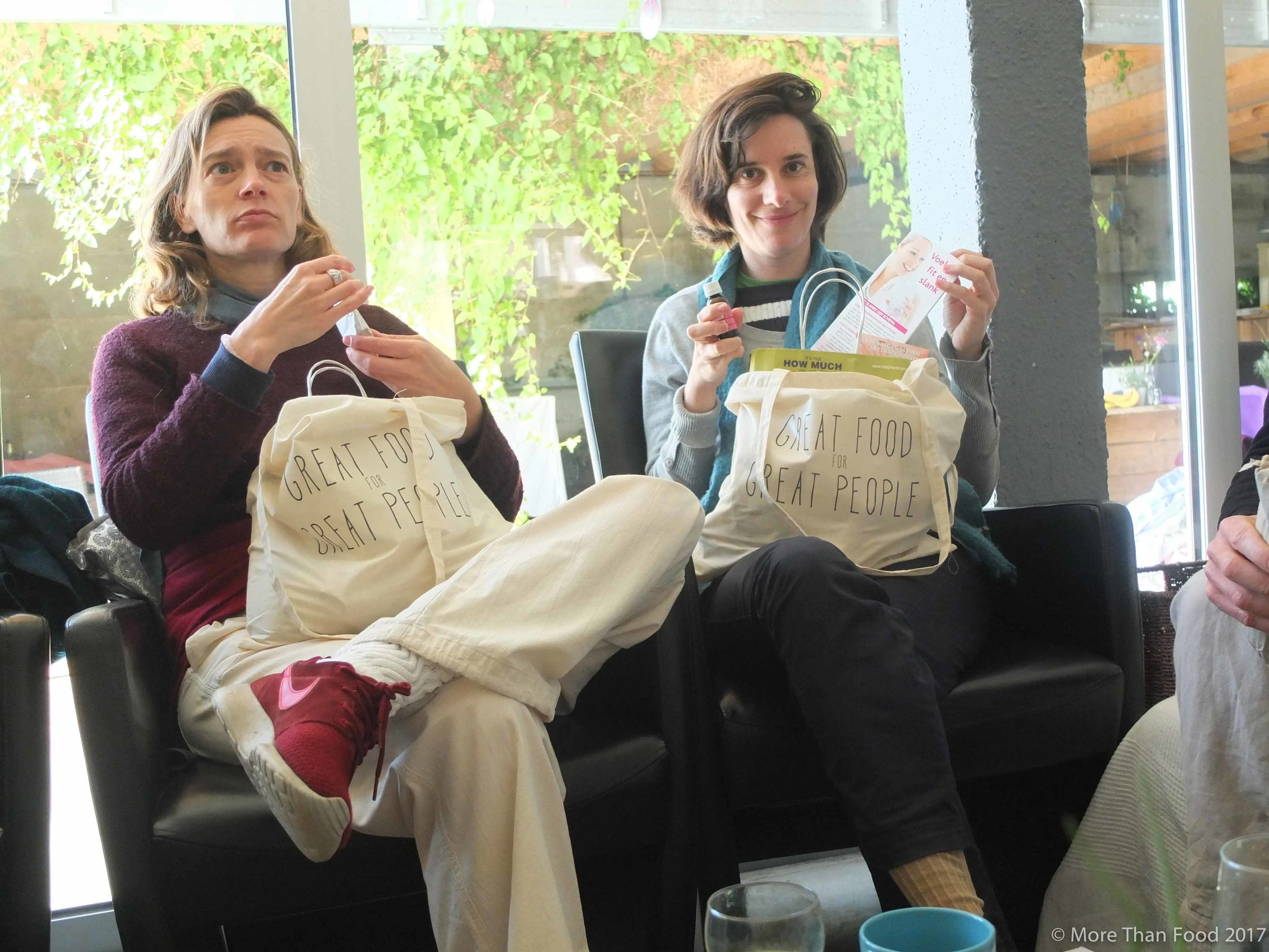 Surprises for great people: kokoswater en nori snacks (Kulau), superfoods (Biotona), ecologisch afwasproduct (Ecover) kruidentheetjes (Physalis), suikervrije granola (Xavies), kruidenzout (by Emilie), lavendelzakje (by Els),...