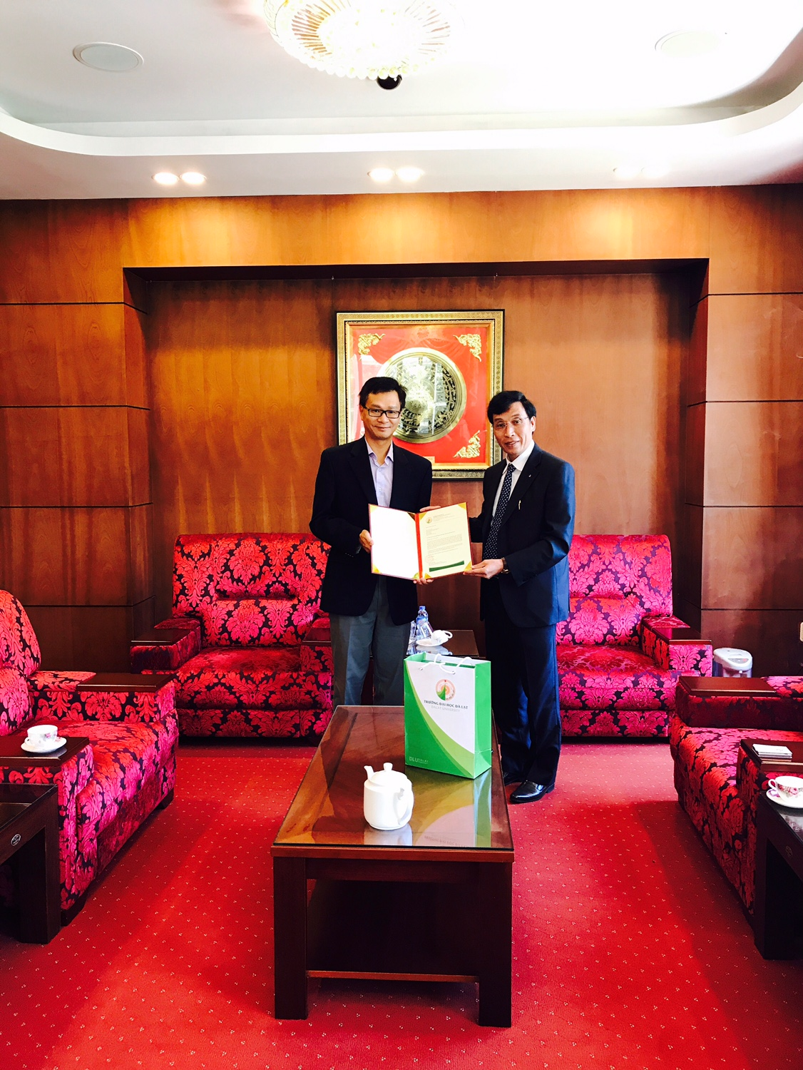 Dr. Le (left) and Dalat Universty President, Dr. Nguyen Duc Hoa during his Fulbright Specialist grant