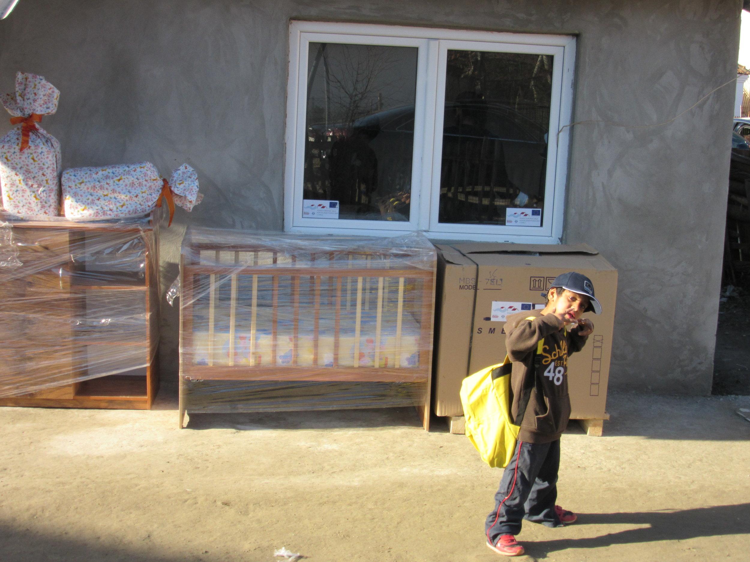 EU pomoc-isporuka namestaja za obnovljeno domacinstvo.JPG
