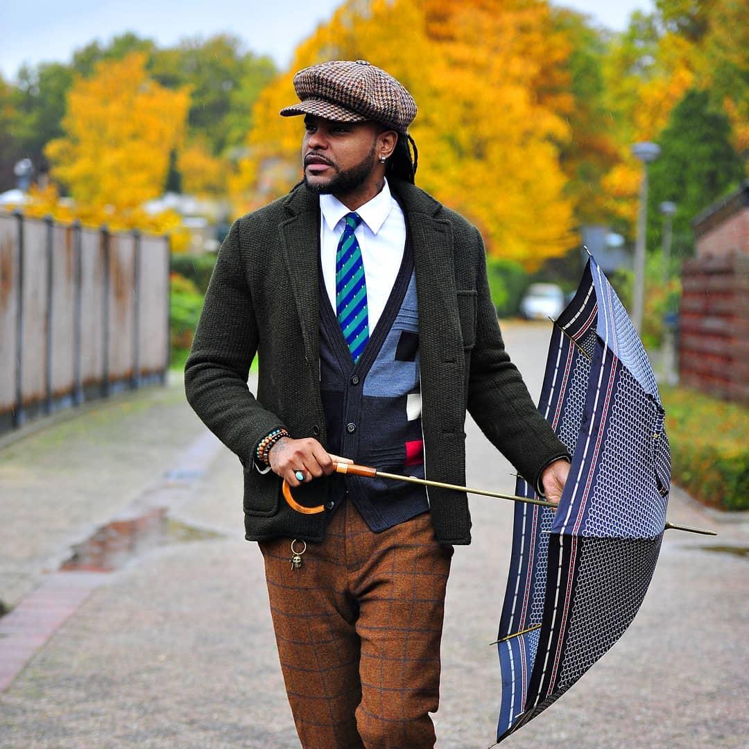 Mauro Ariel - Dias de chuva não podem servir de desculpa para desleixo na Banga! Muita ATITUDE com a combinação de várias cores no look.