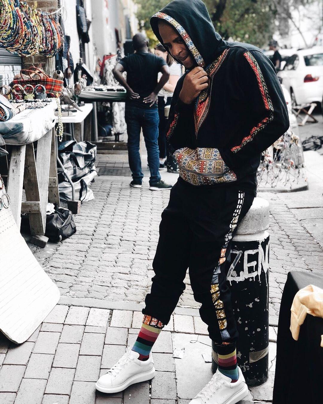 """Yuri Da Cunha - Sim é o Yuri Da Cunha! Um simples fato de treino com muitas cores, vários toques e detalhes de padrão africano… """"Mambo Rijo !""""Foto: @prince.agete"""