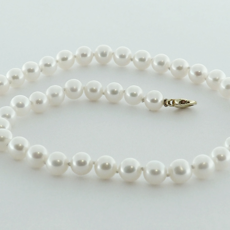 <b>Radiant White</b><Br>$1,058<br>White Fresh Water<Br> Pearls 8.5-9.5mm