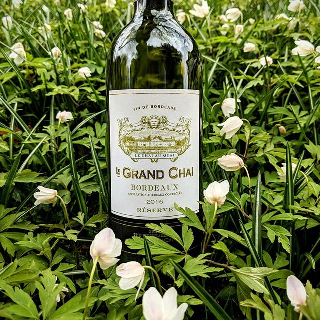 A great example of a Bordeaux blanc with rich and toasty flavours from the time it spent in oak barrels balanced with fresh peach and grassy notes from the Sauvignon Blanc 🍇🍇 Ever wanted to know how white Bordeaux is blended? Check out EveryGlassMatters to find out more.  Happy drinking ❤️🍷❤️😍🍷🇫🇷 #everyglassmatters . . . . . . . . . . . #wine #wino #winery #vino #wines #vineyard #bottle #bottleshot #drinks #drinking #food #foodie #foodandwine #wineandfood #learn #wow #learnaboutwine #instagood #instawine #instafood #love