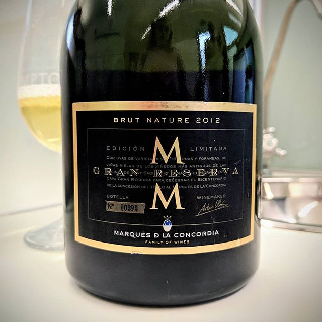A lovely rich colour with brilliant mature toasted bread, honey and pastry notes. Its completely dry being a Brut Nature. It is absolutely amazing for the £15 price point! 💵 🍾🥂🍾🥂🍾🥂🍾🥂🍾🥂🍾🥂🍾🥂 That's why I love Cava!!! 🇪🇸 #everyglassmatters . . . . . . . . . . #cava #fizz #sparkle #spain #brutnature #bubbles #bubble #wine #wines #wino #winery #wow #price #learn #learnaboutwine #instagood #instafood #instawine #foodandwine #wineandfood #food #drinks