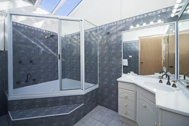 Oceanfront Executive, Chalet 4 bathroom.jpg