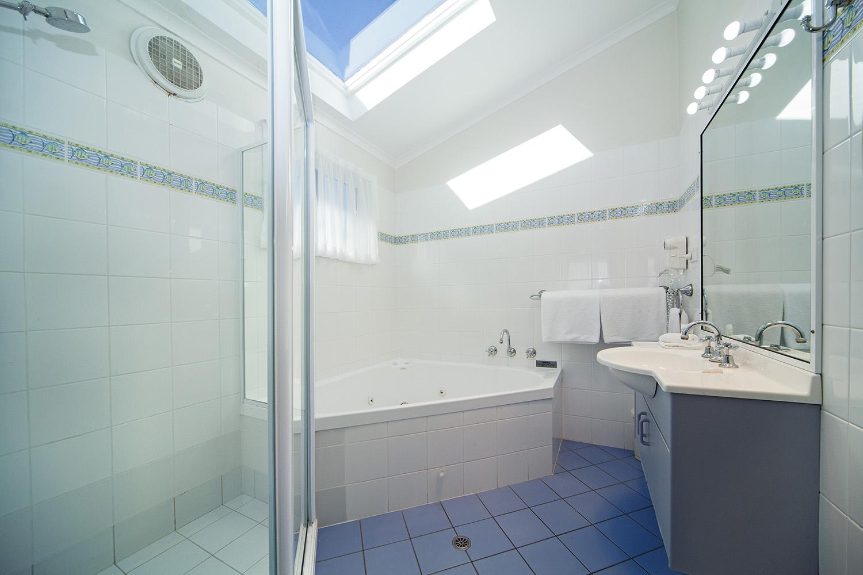 Oceanfront Deluxe, Chalet 10 bathroom.jpg