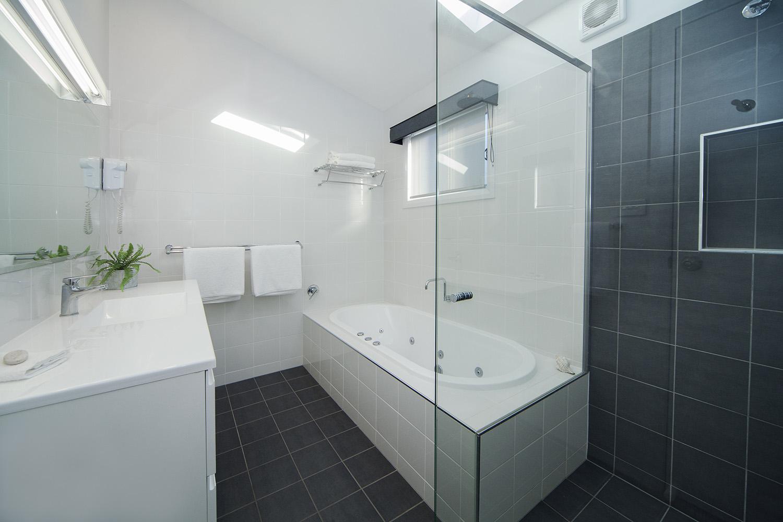 Headland East, Chalet 14 bathroom.jpg