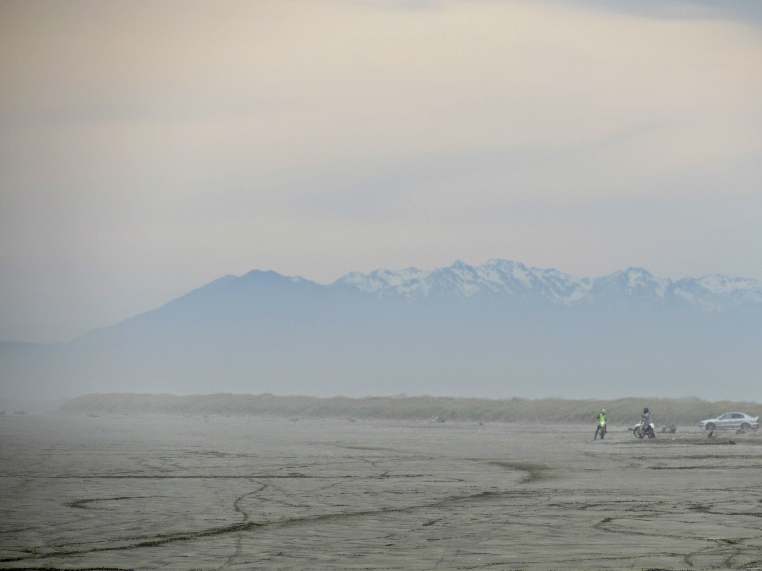 Oreti Beach in Invercargill, with the mountians of Fiordland visible beyond.