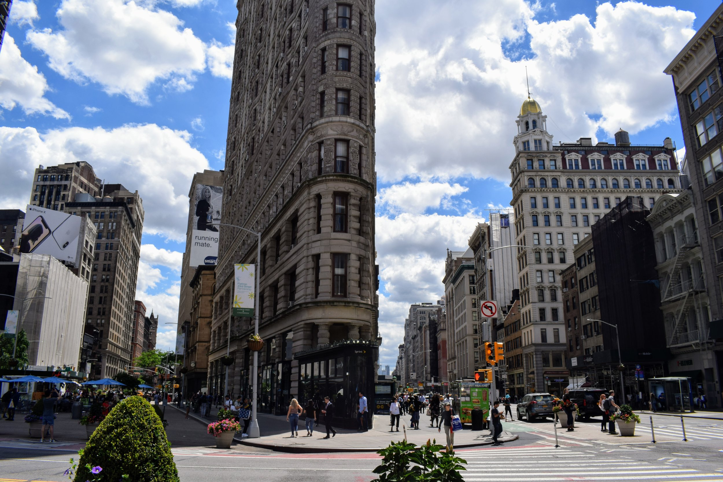 A street view of the Flatiron Building on 5th Avenue.