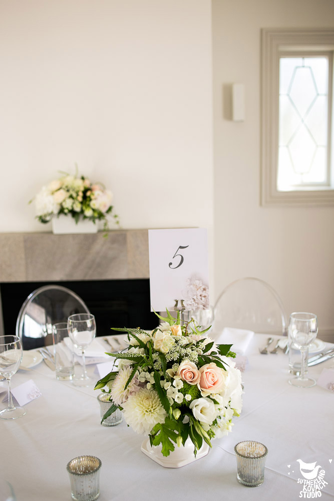 cream-centrepiece-flowers-wedding-table-auckland.jpg