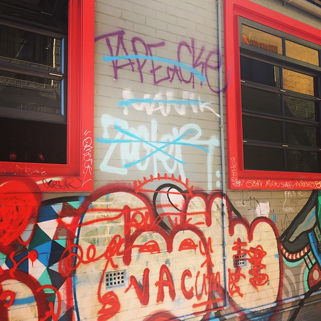 I'm getting a definite sense of drama within the #MtLawley #graffitiart scene. #perth #streetart #graffiti #lookup