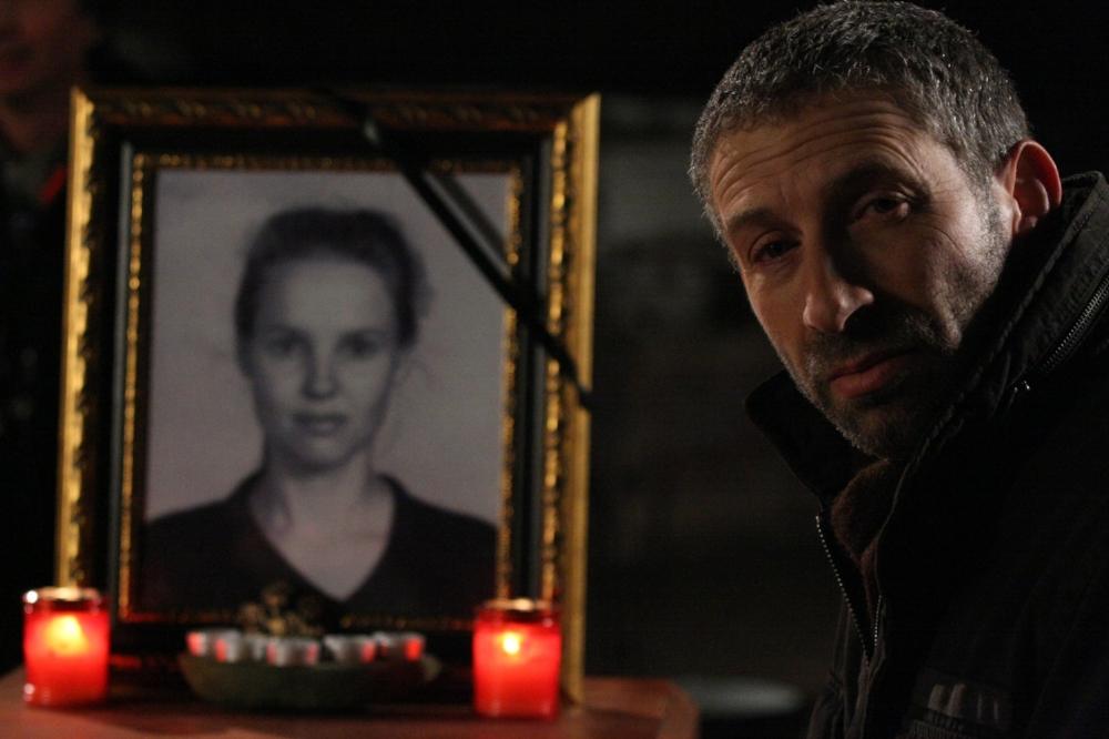 Mark Ivanir as the Human Resources Manager with the late Yulia Petracke