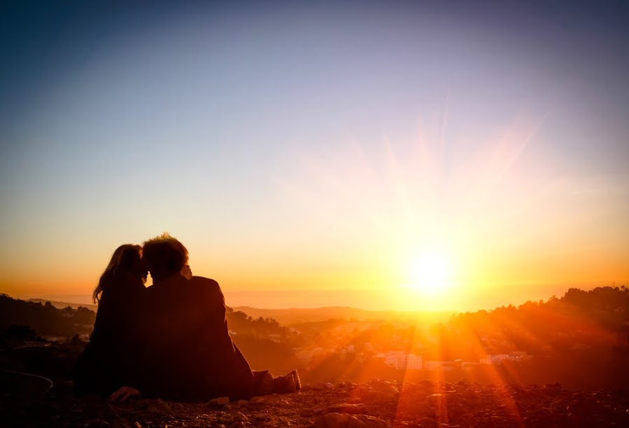 couple_kissing_in_sun_sets