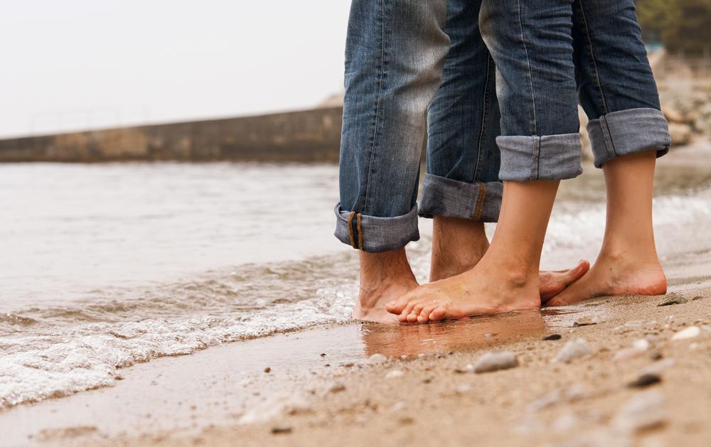 couple_kissing_beach