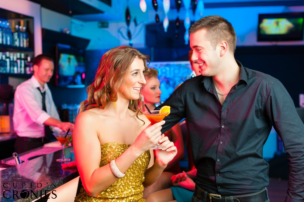 man hitting on woman in bar picture