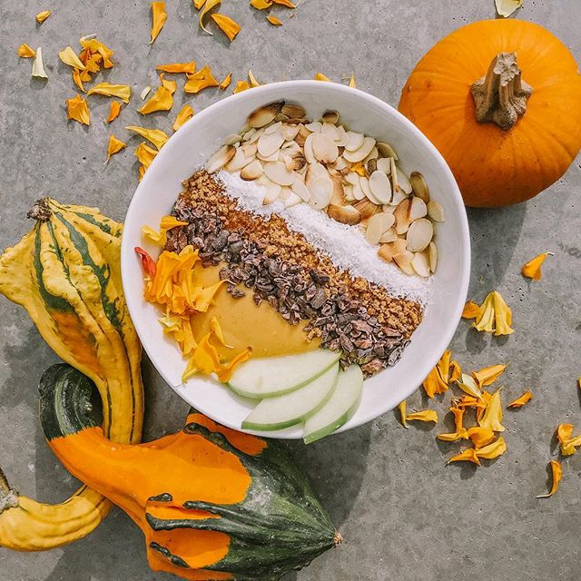 What's this smoothie bowl made of? Pumpkin and spice and all things nice - and we're totally FALLing for it 🍂