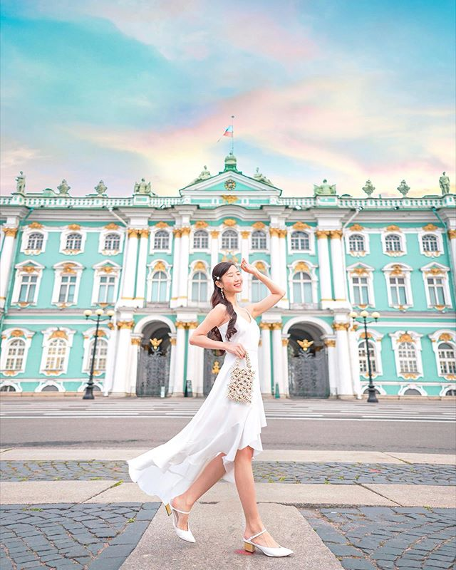Thanks to jet lag we got this tourist-free shot at the otherwise crowded spot in front of The Winter Palace, guess what time it was taken at? 🌬❄️✨ #dohyxrussia🇷🇺 #dohyinhutz by @cosyily