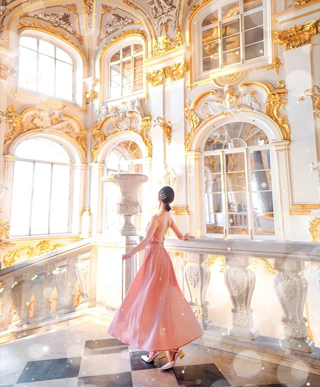 I may be biased but Winter Palace beats all the other palaces in St Petersburg — I mean just look at this majestic stairway, 🤩✨ Anyway, I'll always have a soft spot for backless dress, and this one's from @airspacetaiwan  #dohyxrussia🇷🇺 #dohyinas #as女神牆 #airspacemalaysia by @cosyily
