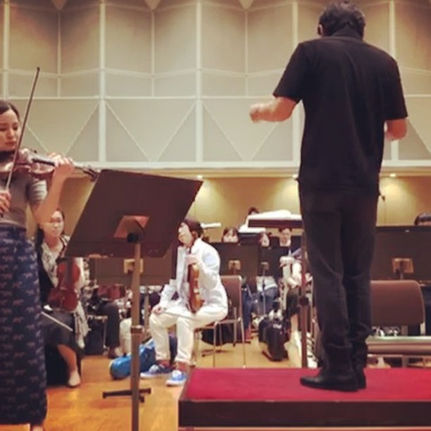 Walton 1st movement See that I have like this ridiculous armpit sweat stain because I was stupid enough to wear a grey T-shirt 😂 #rehearsal#walton#violin#concerto#mayukokamio#神尾真由子