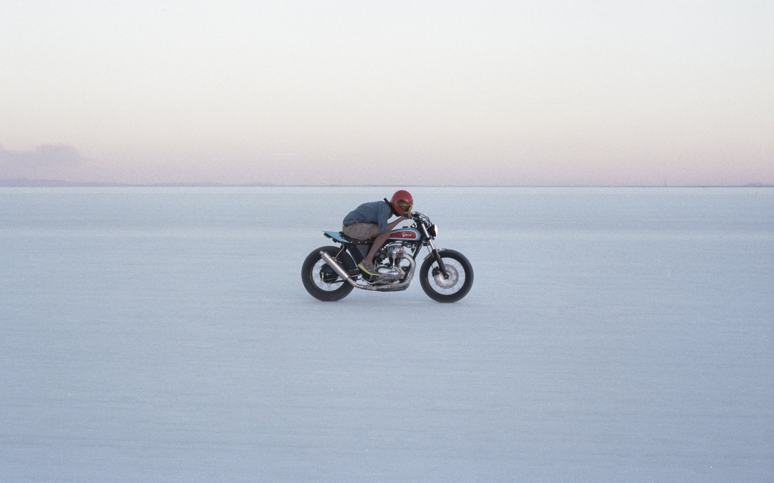 1 - DEUS Kawasaki W650 on the Bonneville Salt flat, Utah_resultat.jpg