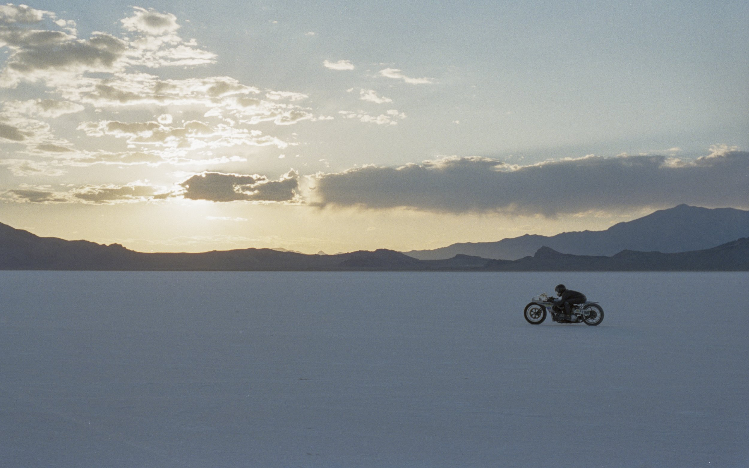 6 - Shinya Kimura performing on his Knuckle Head in Bonneville Salt Flat, Utah _resultat.jpg